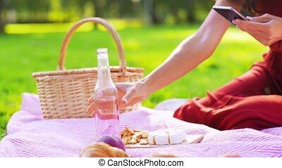 femme, smartphone, parc, heureux, pique-nique
