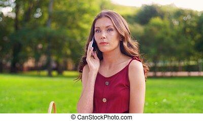 femme, smartphone, parc, pique-nique, appeler