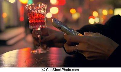 femme, smartphone, soir, texting, amour, main, vin
