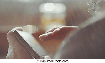 femme, smartphone, texting, o, mains