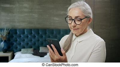femme, smartphone, texting, personnes agées