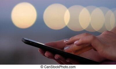 femme, smartphone, -, utilisation, défilement, touching., ville