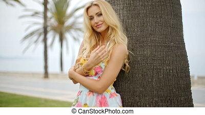 femme, soleil, arbre, contre, paume, blonds, penchant, robe