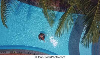 femme, soleil, vacances, sous, spends, piscine, natation