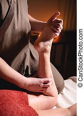 femme, sombre, shin, wellness, masage, brûlé, anti-cellulite, jambe, client, complex., bougies, prime, luxe, lumière, mâle, fond, masseur, bureau