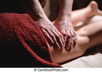 femme, sombre, wellness, masage, anti-cellulite, jambe, hanche, client, hommes, gros plan, center., prime, luxe, lumière, mâle, masseur, bureau