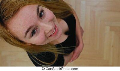 femme, sommet, sourire, vue