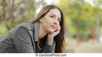 femme, songeur, loin, parc, regarder, sérieux