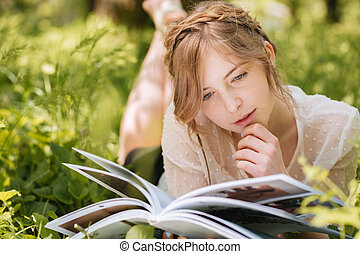 femme, songeur, magazine, lecture, herbe, mensonge