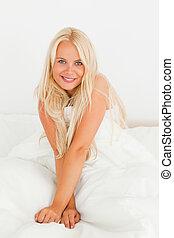 femme souriant, appareil photo, portrait