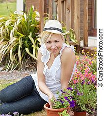 femme souriant, chapeau, portrait