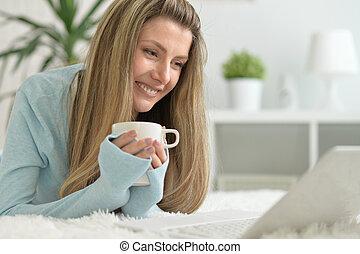 femme souriant, thé buvant