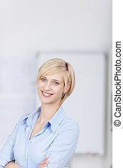 femme souriante, armes traversés, blonds