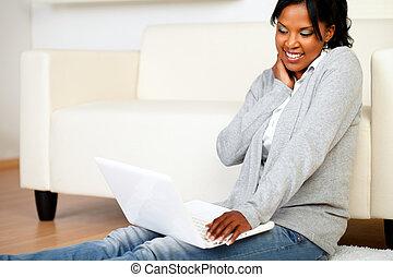 femme souriante, brouter, jeune, internet