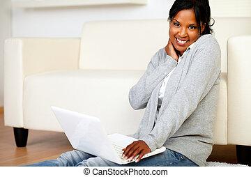 femme souriante, brouter, vous, internet