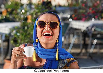 femme souriante, café, boire, jeune