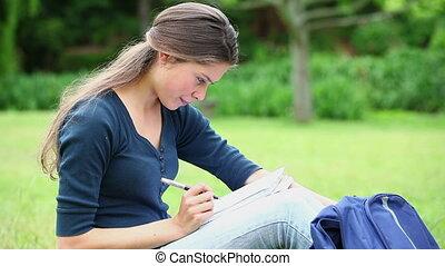 femme souriante, cahier, écriture