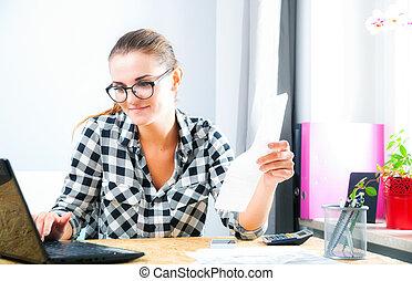 femme souriante, calculer, et, effets payants, dans, bureau maison