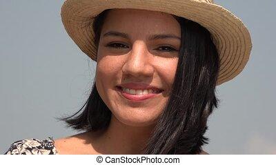 femme souriante, chapeau