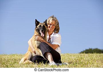 femme souriante, chien, elle
