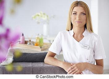 femme souriante, clients, waitting