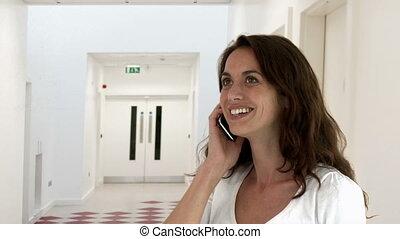femme souriante, conversation, jeune