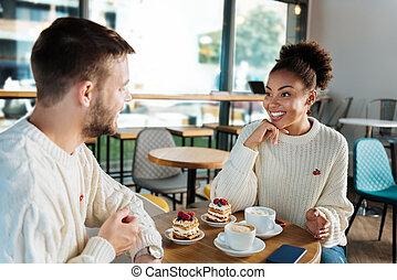 femme souriante, elle, petit déjeuner, beau, avoir, petit ami