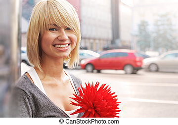 femme souriante, fleur