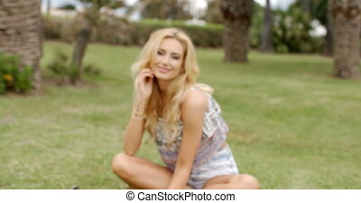 femme souriante, jardin, blonds, séduisant