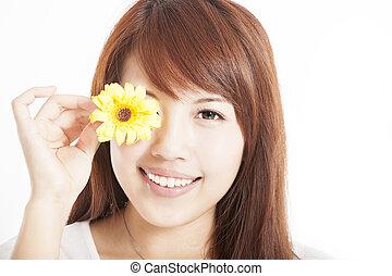 femme souriante, jeune, fleur, asiatique