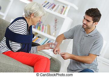 femme souriante, jeune, mâle aîné, infirmière