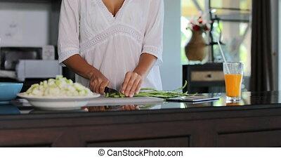 femme souriante, légumes, moderne, jeune, découpage, cuisine, girl, repas heureux, cuisine