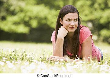 femme souriante, mensonge, dehors