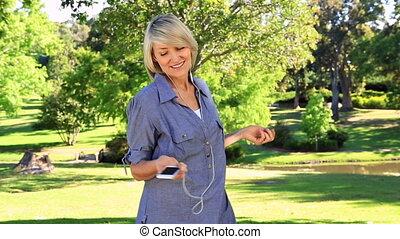 femme souriante, musique écouter