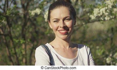 femme souriante, parc, séduisant