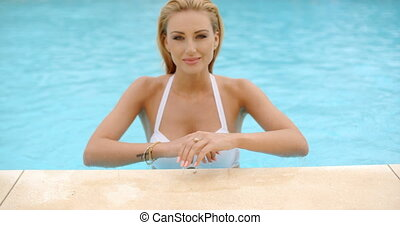 femme souriante, penchant, piscine, bord
