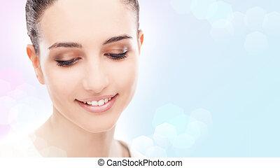 femme souriante, poser