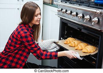 Femme cuisson prendre four plateau dehors femme for Job depuis chez soi