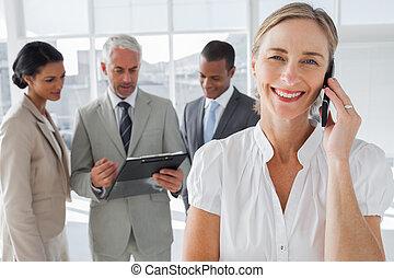 femme souriante, sur, a, conversation téléphonique