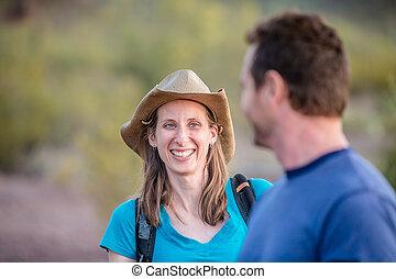 femme souriante, sur, nature, randonnée