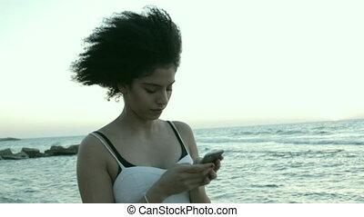 femme souriante, texting, jeune