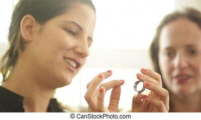 femme souriante, tries, anneau