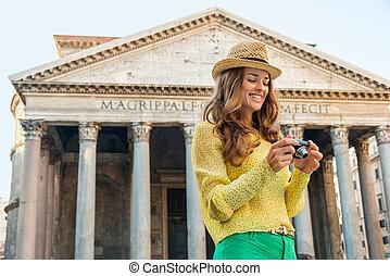 femme souriante, vérification, photos, à, les, panthéon, dans, rome, dans, été