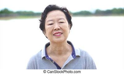femme, sourire heureux, personne agee, asiatique