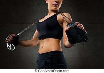 femme, sportif, haut, corde, sauter, fin