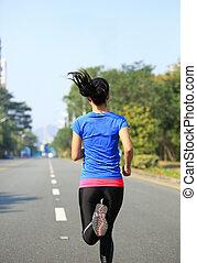 femme sports, courant, sur, route ville