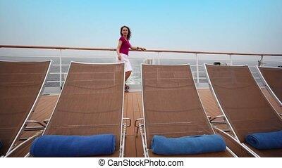 femme, stands, barrière, pont, deckchairs, peu, derrière