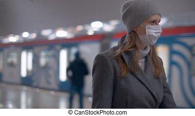 femme, station, métro, marche, masque