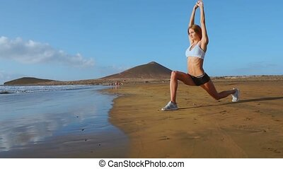 femme, stretches., jambe, étirage, mouvement, lent, steadicam, fitness, training., girl, jambes, plage