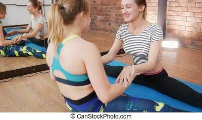 femme, stretching., jeune, haut, deux, exercices, fin, studio.